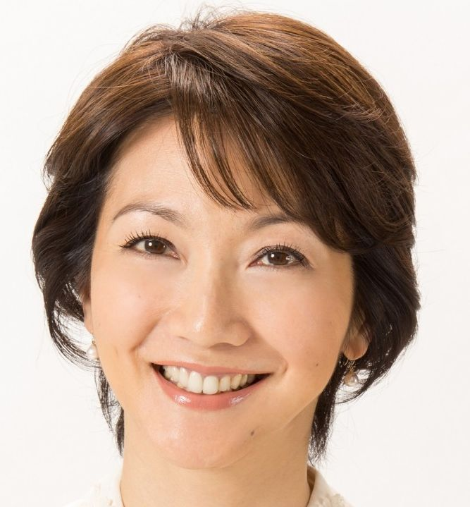 向井亜紀の髪型はショートヘア。「旅サラダ」での衣装のブランドは「レオナール」